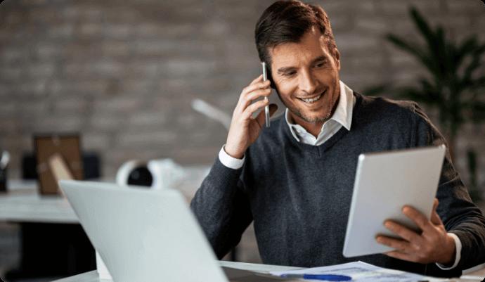 homem branco ao telefone segurando um papel