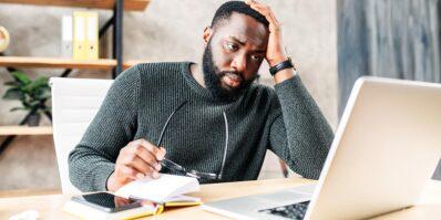 Uma pessoa passando pelo problema de pedido de registro de marca indeferido.